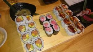 Kome Sushi Kitchenのおすし:左からSun Shine Roll, Negi-Toro Roll, Austin Roll。奥はTako-Wasa、右手がSashimi sampler。