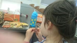 UT Austinでのランチョンセミナーで。ココアクッキーをハムサンドする娘。静かにしていてくれさえすれば。。。
