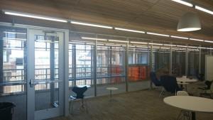 UT Austin 応用計算工学・科学大学院の校舎内4:休憩室の両サイドがガラス張りで明るい。