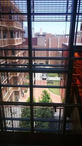 UT Austin 応用計算工学・科学大学院の校舎内5:休憩室からの反対側の景色。建物がたくさん。