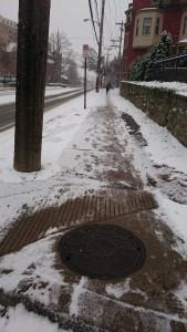 歩道の雪 (その3): 大学のキャンパスまでは数分、私の大学院まではあと15分ぐらいのあたりです。