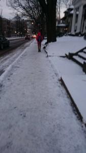 歩道の雪2日目 (その2): 大学のキャンパスまでは数分、私の大学院まではあと15分ぐらい。昨日の3枚目の写真と同じ辺りかな。
