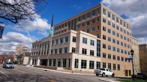春のキャンパス (その3): これは一番最近建った建物。このあたりは生物系のひとたちがいるハズ (医学系は別のところ)。